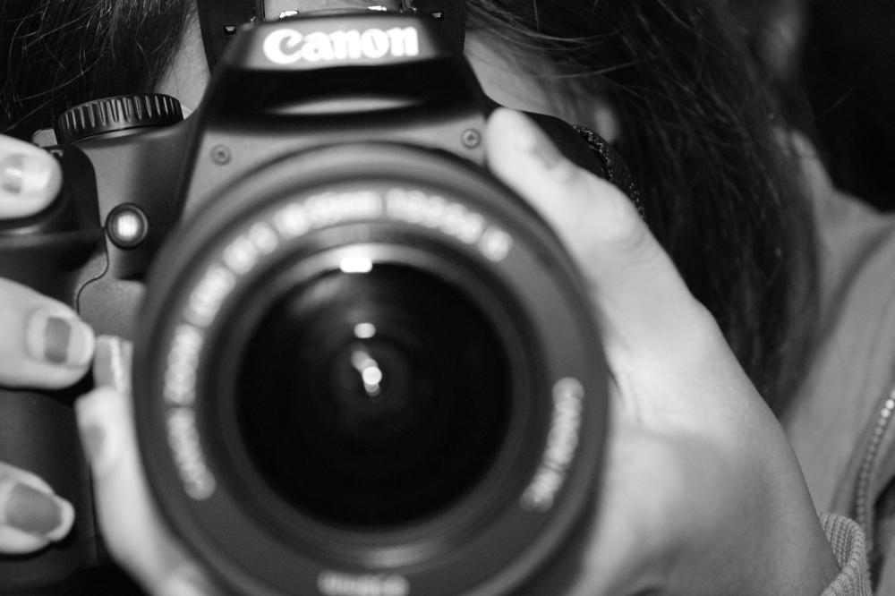 https://upload.wikimedia.org/wikipedia/commons/a/a0/Camera_Lens.JPG